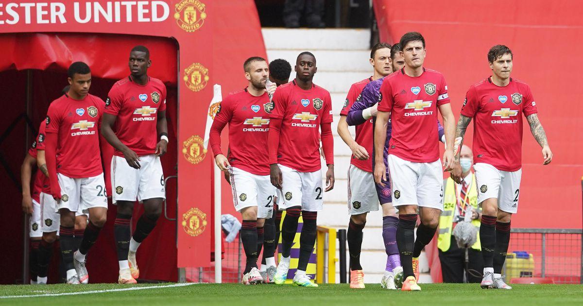 Skuad Manchester United memasuki Old Trafford