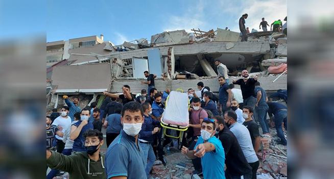 Warga mencari korban gempa yang terjebak di bawah reruntuhan bangunan di provinsi pesisir Izmir Turki (Foto: Aljazeera/Tuncay Dersinlioglu/Reuters)